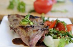 Tuinsalade met porkchop op plaat Royalty-vrije Stock Fotografie