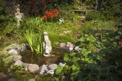 Tuinvijver met standbeeld royalty-vrije stock foto