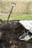 Tuinvork in stapel van bemeste grond wordt genageld die stock afbeelding