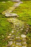Tuinweg met grote stenen wordt bedekt die royalty-vrije stock afbeelding