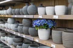 Tuinwinkel met steenbloempotten Stock Foto