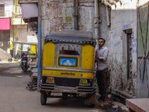 Tuk在街道上的tuk出租汽车在乔德普尔城,印度 库存图片