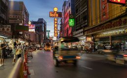 Tuk tuk και καταστήματα στο δρόμο Yaowarat με την πολυάσχολη κυκλοφορία του, νέο S Στοκ φωτογραφία με δικαίωμα ελεύθερης χρήσης
