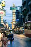 Tuk Tuk к ноча, Bangkokg - Чайна-таун стоковые изображения rf