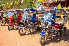 Tuk Tuk припарковало вне виска в провинции Udon Thani, Таиланде стоковые фотографии rf