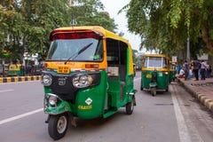 Tuk tuk -在一个的传统印地安moto人力车出租汽车新德里街道  库存照片