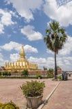 Tuk de Tuk près du Pha qui temple de Luang à Vientiane, Laos photographie stock