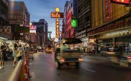 Tuk e lojas de Tuk na estrada com seu tráfego ocupado, néon S de Yaowarat Foto de Stock Royalty Free