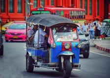 Tuk tuk en openbare bussen op de straat in Bangkok, Thailand stock foto's