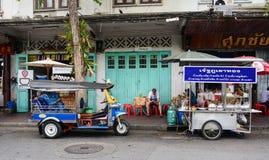 Tuk-tuk fährt auf Straße in Bangkok, Thailand mit einem Taxi Stockbild