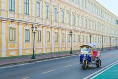 Tuk tuk kör i gatan på vägen runt om det thai stället, Bangkok, Thailand arkivfoton