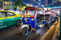 Tuk-Tuk na ulicie przy nocy czekaniem dla klienta Zdjęcia Royalty Free