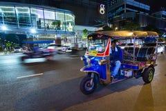 Tuk-Tuk na ulicie przy nocy czekaniem dla klienta Obraz Royalty Free