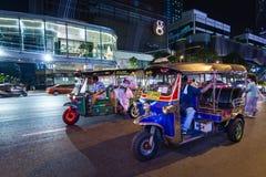 Tuk-Tuk på gatan på natten med kunder royaltyfri foto