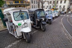 Tuk Tuk taxitransport i Lissabon, Portugal Arkivfoto