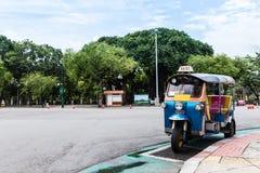 Tuk-Tuk thailändsk traditionell taxi Royaltyfria Bilder