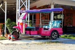 Tuk Tuk三转动在泰国的街道上的出租汽车 免版税库存照片