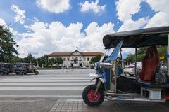 tuk-tuk传统出租汽车停放了在三国王Monument和等待采取旅行家去观光在清迈, Thaila 图库摄影