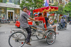 Tuk tuk出租机动三轮车司机在河内,越南 图库摄影
