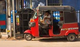 Tuk tuk司机读书新闻纸 免版税库存图片