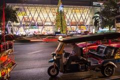 Tuk Tuk和圣诞树 库存照片