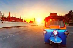 Tuk tuk和太阳集合天空在盛大宫殿多数普遍的旅行的d 免版税图库摄影