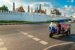 Tuk tuk和曼谷的盛大宫殿,泰国 免版税图库摄影