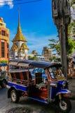 Tuk tuk和金黄菩萨,唐人街,曼谷的寺庙 库存照片
