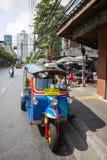 Tuk-tuk在曼谷街道上的moto出租汽车  库存照片
