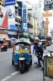 Tuk-tuk在街道上的moto出租汽车在唐人街地区在曼谷 库存照片