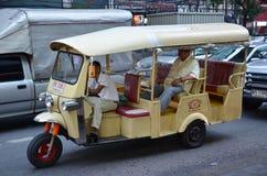 Tuk-tuk在街道上的moto出租汽车在唐人街地区在曼谷 库存图片