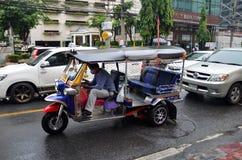 Tuk-tuk在街道上的moto出租汽车在唐人街地区在曼谷 免版税库存照片