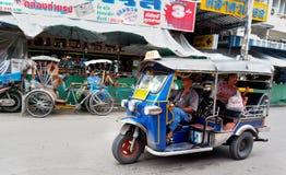 Tuk Tuk或山姆lor通过街道跑 库存图片