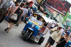Tuk Tuk或Samlor,为运载的物品是一著名传统出租汽车和常用的在城市 免版税库存图片