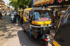Tuk-tuk是一辆小黄色出租汽车在路和在城市  库存图片