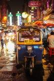 Tuk Tuk на идти дождь ноча Стоковое Фото