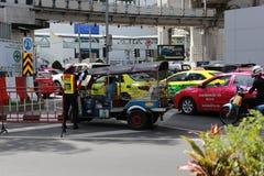 Tuk Tuk consigue reventado por la policía de tráfico imágenes de archivo libres de regalías