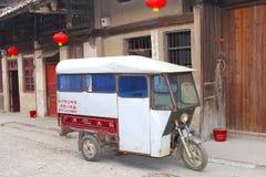 Винтажное такси tuk tuk в старом городке Daxu в Ch Стоковые Фотографии RF