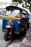 Tuk Tuk durch die Straßenseite in Bangkok Thailand Stockfotos