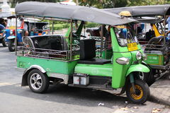 Tuk Tuk i Bangkok ståndaktighet är ordnade turister som har besökt arkivbilder