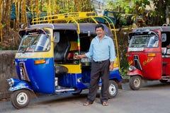 Tuk-tuk mit Fahrer Stockfoto