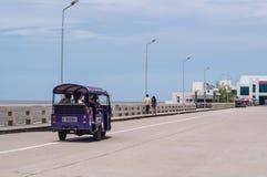 TUK TUK mit Touristen in Bangpu Stockfotos
