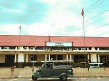 Tuk-tuk na frente da estação de Ayutthaya Fotografia de Stock