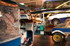 Tuk - tuk på gatan på natten Royaltyfria Bilder