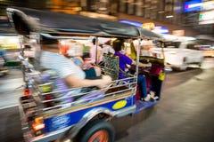 Tuk - tuk på kineskvartergatan på natten Royaltyfri Fotografi