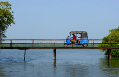 Tuk Tuk sur le pont Photographie stock