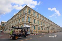 Tuk-tuk taxar till och med byggnaden Arkivfoto