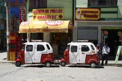 Tuk Tuk taxibilar på restaurangen i Coroico, Bolivia Royaltyfri Fotografi