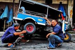Tuk tukmekaniker i Bangkok fotografering för bildbyråer