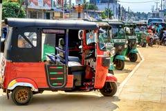 Tuk-tuks автостоянки малое, который 3-катят такси на улице Kalpiti Стоковые Фото